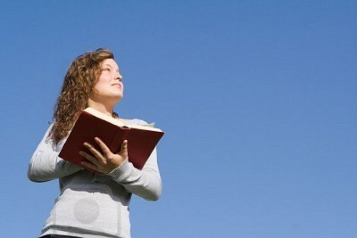 mujer-lee-biblia