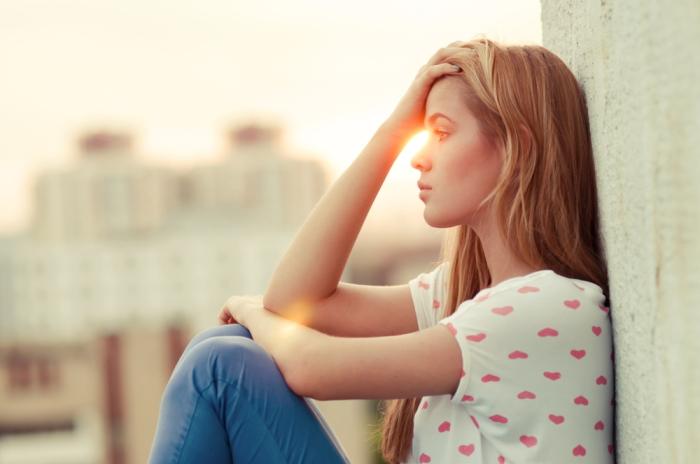 mujer-pensando-durante-el-atardecer