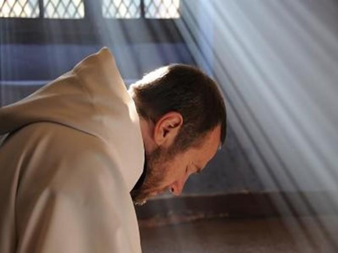 Benedictino adorando
