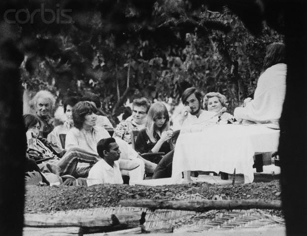 The Beatles en New Delhi, en plena meditación. A la izquierda, podemos observar a John Lennon y a su lado, George Harrison