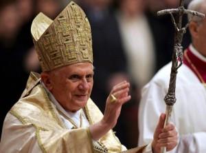 Benedicto_XVI_dando_la_bendicion_Papal2