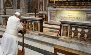 Francisco en la tumba de Juan Pablo II